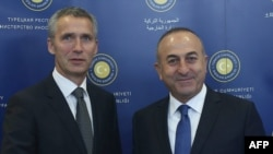 Түркия сыртқы істер министрі Мевлут Чавушоглу (оң жақта) мен НАТО бас хатшысы Йенс Столтенберг. Анкара, 9 қазан 2014 жыл.