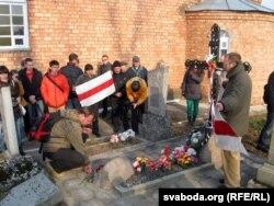 Побач з магілай Віктара Каліноўскага на могілках у Сьвіслачы