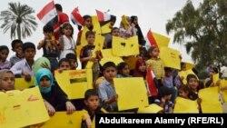 أطفال يتامى في جلسة إحتجاج بالبصرة
