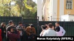 Журналисты и общественники у здания части Погранслужбы КНБ, куда, по сообщениям, доставили Кастера Мусаханулы и Мурагера Алимулы.