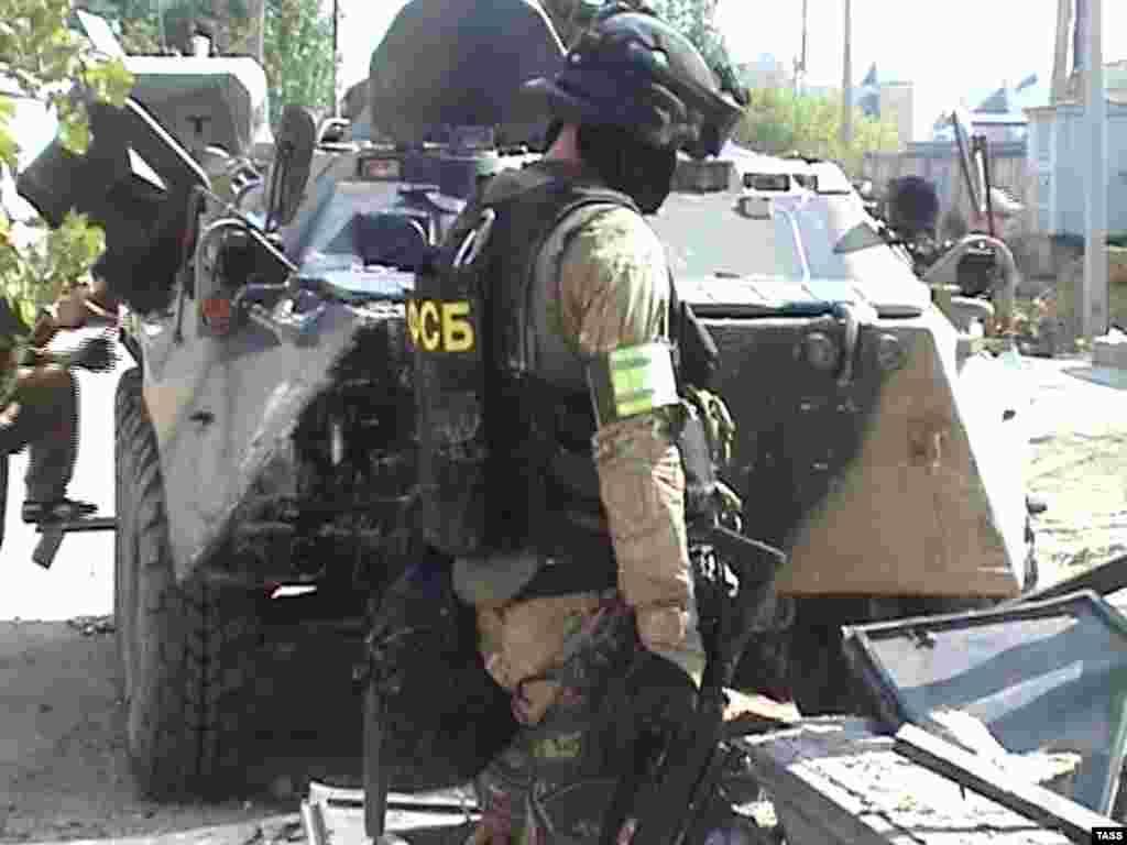 Расея. Афіцэр ФСБ падчас спэцапэрацыі ў Касьпійску (Дагестан).