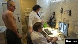 Мужчина на приеме у врачей-фтизиатров. Иллюстративное фото.