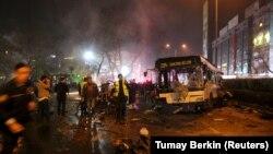 Жарылыс орнында жұмыс істеп жатқан құтқарушылар. Анкара, Түркия, 13 наурыз 2016 жыл.