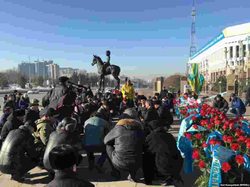 Гражданские активисты слушают слова молитвы в память о жертвах Жанаозенских событий 2011 года и Декабрьских событий в Алматы 1986 года.