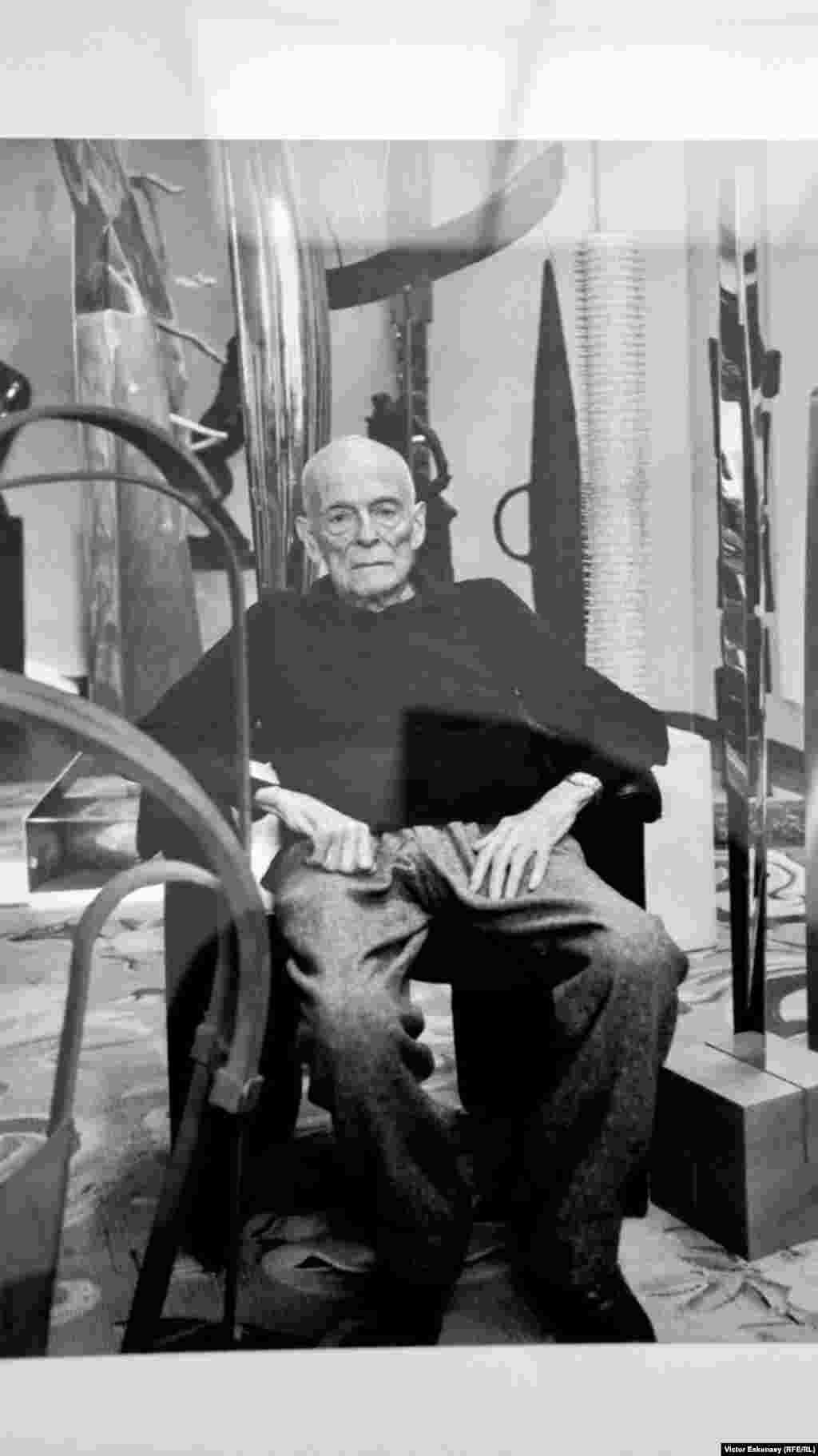 Simon Spierer fotografiat acasă la Geneva alături de sculpturile sale.