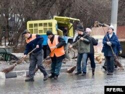 Мәскеу көшесін қардан тазалап жүрген еңбек мигранттары. 28 ақпан 2008 ж.
