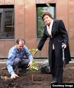 Дочь Сергея Королева сажает дерево в память об отце