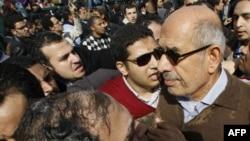 Египеттегі оппозиция жетекшісі Мұхаммед Әл-Барадей. Каирдегі Тахрир алаңы, 28 қаңтар 2011 жыл