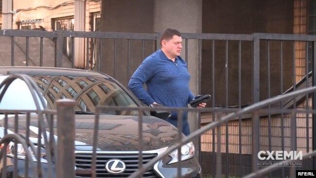 Також під стінами ДФС у Київській області журналісти зафіксували, як на Lexus приїхав на роботу Роман Чепілко