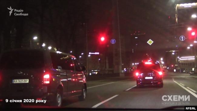 Але авто охорони, яке з'явилося позаду, по дорозі намагалося відрізати журналістів від мікроавтобуса