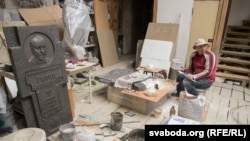 Як скульптар Засімовіч робіць абноўленую шыльду да100-годзьдзя БНР