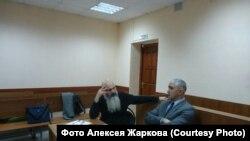 Алексей Жарков (слева) с адвокатом Русланом Аббассовым