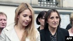 Наталія Пастернак (праворуч) разом із дочкою Юлії Тимошенко Євгенією під час однієї з акцій у Парижі, 2012 рік