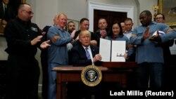 دونالد ترامپ رئیس جمهوری آمریکا پس از امضای فرمان افزایش تعرفه واردات فولاد و آلومینیوم