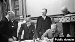 თავდაუსხმელობის პაქტის ხელმოწერა მოსკოვში, 1939 წლის 23 აგვისტო