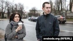 Маладафронтавец Раман Васільеў (справа) адразу пасьля вызваленьня і жонка лідэра «Маладога фронту» Зьмітра Дашкевіча Наста