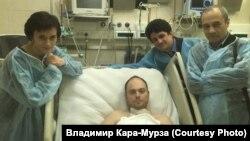 Владимир Кара-Мурза младши в московската болница след отравянето му през 2015 г. С него са жена му Евгения, адвокатът му Вадим Прохоров и дисидентът от времето на СССР Александър Подрабинек (крайният вдясно).
