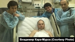 Vladimir Kara-Murza (center) recuperates in the hospital after he was poisoned in 2015.