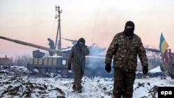 Украинские солдаты проходят мимо позиции близ села Пески в Донецкой области. 31 декабря 2014 года.