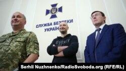 Слева направо: председатель СБУ Василий Грицак, журналист Аркадий Бабченко, генпрокурор Украины Юрий Луценко, 30 мая 2018 года