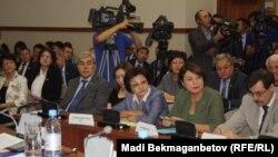 Парламент мәжілісі комитетіндегі экстремизм мен терроризмге байланысты заң жобасын талқылауға келген қоғам өкілдері. Астана, 8 қыркүйек 2016 жыл.
