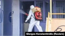 Дезинфекција на училиште во Солун на 27 февруари 2020