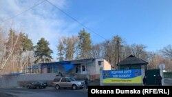 Нові Санжари, Полтавська область, біля санаторію, де розселили громадян, які повернулися з Китаю