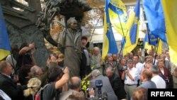 Ритуальний вимір 20 літнього ювілею Руху проявився у покладанні квітів до пам'ятників В'ячеславу Чорноволу