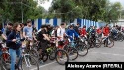 Команды выстроились для старта. Чуть впереди — капитаны. Алматы. 13 сентября 2015 года.