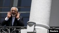 Министр иностранных дел Ирана Джавад Зариф слушает вопросы журналистов на балконе дворца, где проходили переговоры по ядерной программе. Вена, июль 2015 года.