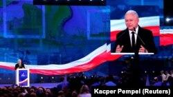 Jaroslaw Kaczynski, liderul conservator al PiS, formațiunea care a câștigat detașat alegerile parlamentare din Polonia, după o serie de reforme în justiție criticate de UE și sporirea veniturilor cetățenilor