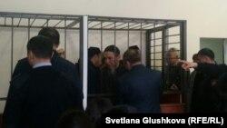 Подсудимых по делу «Таблиги Джамаат» заводят в зал суда. Астана, 22 января 2016 года.