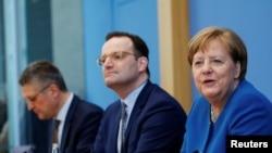 Angela Merkel împreună cu ministrul Sănătății și șeful Institutului Robert Koch