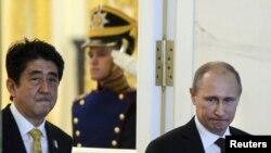 Премьер-министр Японии Синдзо Абэ и президент России Владимир Путин. Москва, 29 апреля 2013 года.