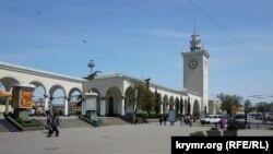 Железнодорожный вокзал в Симферополе, архивное фото