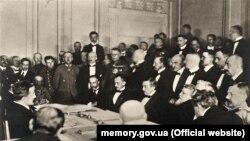 Підписання Брестського миру – мирної угоди між Українською Народною Республікою з одного боку та Німецькою імперією, Австро-Угорською імперією, Османською імперією і Болгарським царством з другого. Берестя, 9 лютого 1918 року