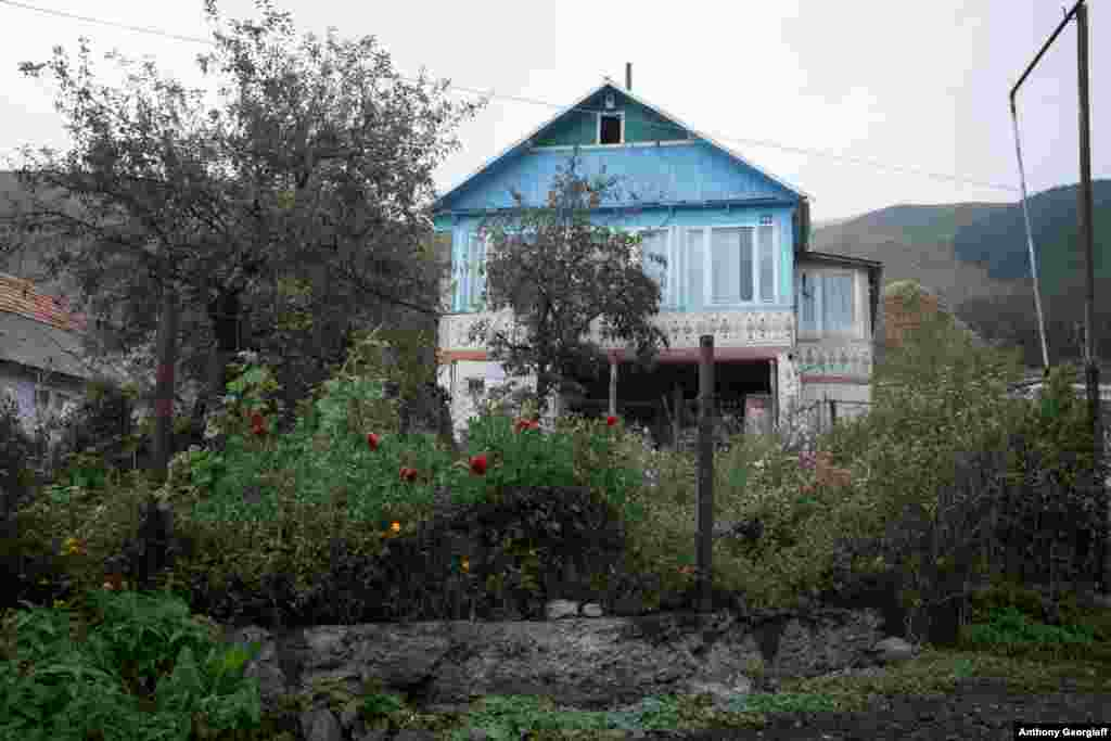 Many Molokans live in brightly painted wooden houses. They generally avoid the use of modern conveniences such as TV sets and mobile phones.