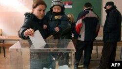 Косоволық серб әйел Косовоның Митровица қаласындағы учаскеде дауыс беріп тұр. Косово, 15 ақпан 2012 жыл.