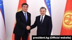 Президенты Узбекистана и Кыргызстана Шавкат Мирзияев (справа) и Сооронбай Жээнбеков. Ташкент, 13 декабря 2017 года.
