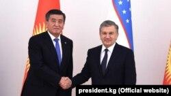 Президент Узбекистана Шавкат Мирзияев (справа) и президент Кыргызстана Сооронбай Жээнбеков. Ташкент, 13 декабря 2017 года.