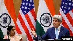 جان کری در جریان کنفرانس مطبوعاتی مشترک با همتای هندی اش سوشما سوارج در دهلی جدید.