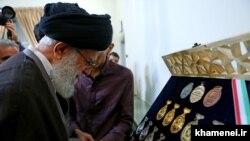 Иранскиот врховен лидер Али Хамнеи гледа во медалите на меѓународните научни олимпијади стекнати од ирански студенти