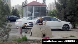 До недавнего времени в столице Туркменистана можно было видеть тамдыры и местных жительниц, выпекающих хлеб на улице, Ашхабад, апрель 2014