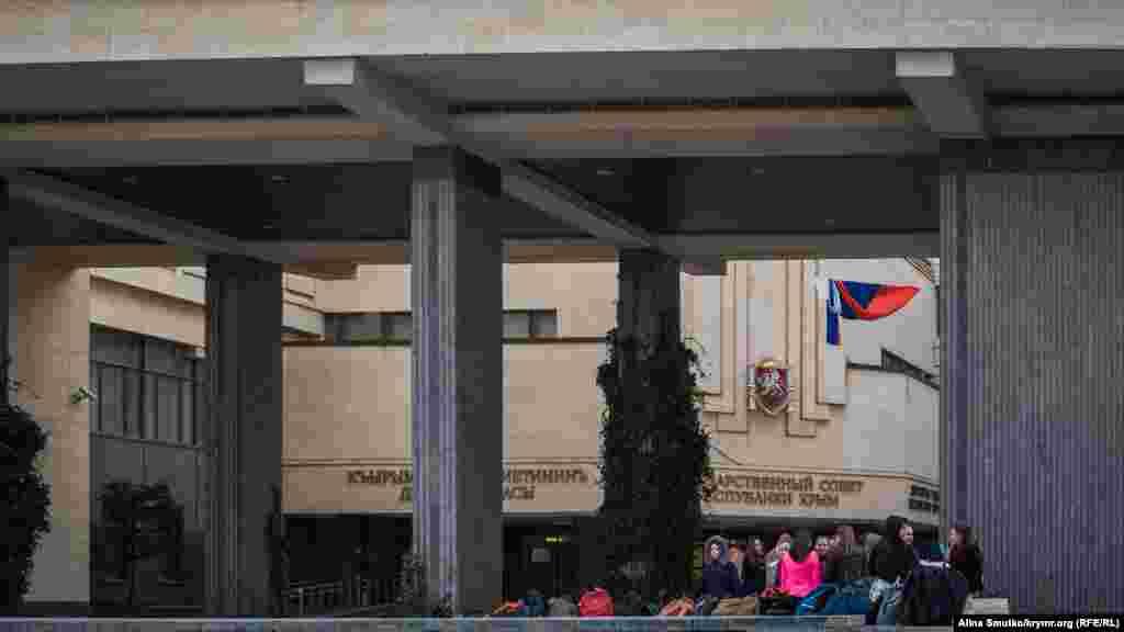 Діти готуються до репетиції біля будівлі Держради в Сімферополі