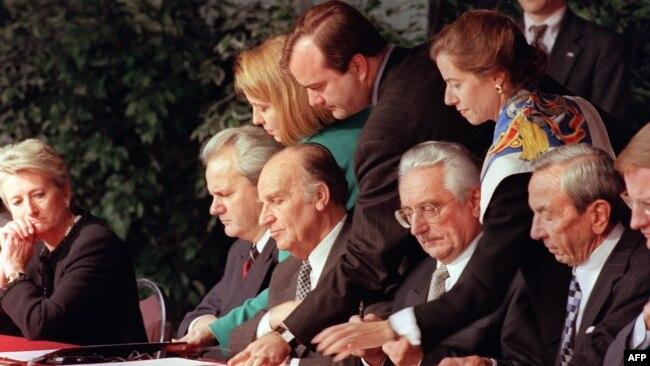 Potpisivanje Dejtonskog mirovnog sporazuma 1995. godine (Slobodan Milošević, Alija Izetbegović i Franjo Tuđman)
