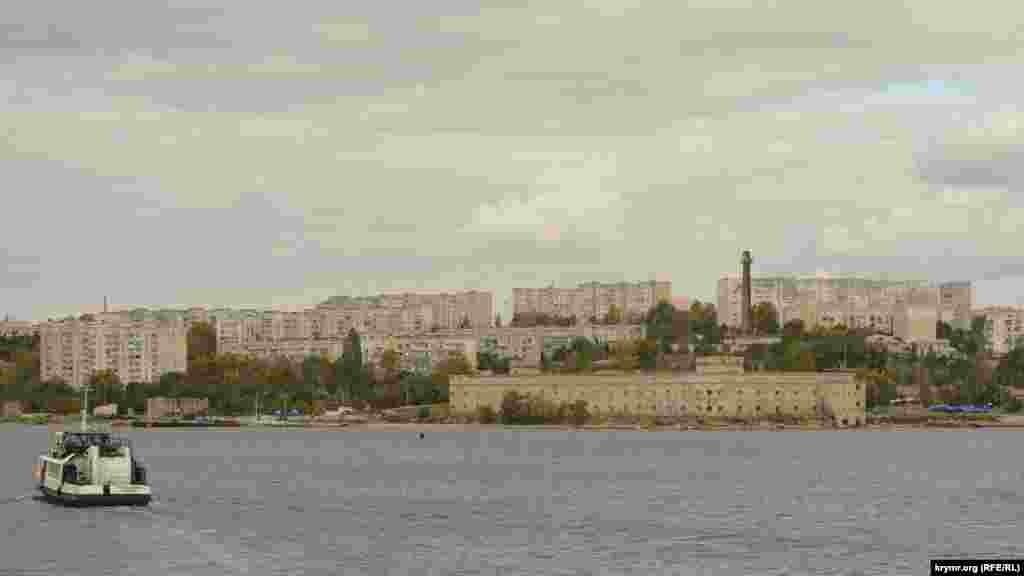 Вид с парома на микрорайон Радиогорка и Михайловскую батарею – фортификационное сооружение на берегу бухты