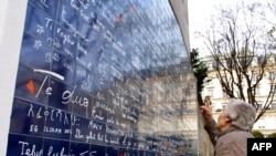 دیواری در پاریس که عبارت «دوستت دارم» به دهها زبان بر آن نقش بسته است