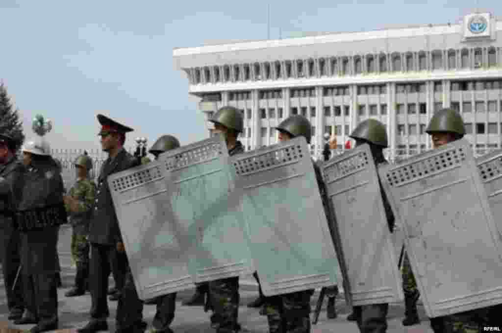 Милиция и сотрудники безопасности выстроились у здания Дома правительства в Бишкеке в день протеста.