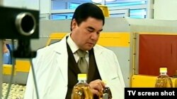 """""""Ahal"""" ösümlik ýagy kärhanasynyň açylyşyna Türkmenistanyň prezidenti Gurbanguly Berdimuhamedow hem gatnaşypdy. 2010-njy ýylyň maý aýy."""