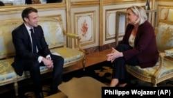 Архивска фотографија: Францускиот претседател Емануел Макрон и лидерката на Националниот фронт Марин Ле Пен